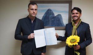 Casal gay sela primeira união através de cartório virtual