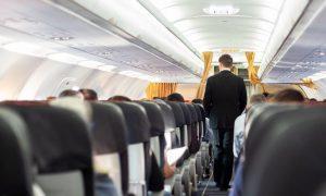 Passageiro que passou mão na bunda de comissário de bordo em voo é condenado
