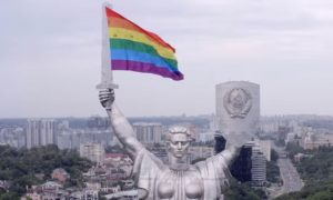 Drone coloca bandeira do arco-íris na principal estátua da Ucrânia