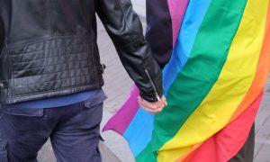 Maioria dos gays europeus tem medo de andar de mãos dadas