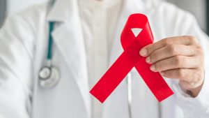 Estudo brasileiro é promissor, mas não pode ser apontado como cura da Aids