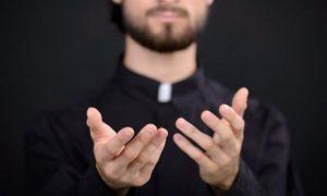 Padre é flagrado fazendo sexo BDSM bissexual no altar
