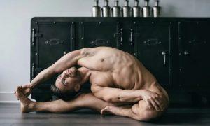 Fotos: Professor oferece aula de yoga nu para gays