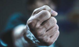 Vídeo: Youtuber levou soco do boy que conheceu em aplicativo de pegação