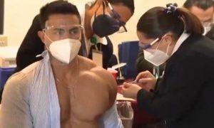 Saiba quem é o médico que viralizou ao ser filmando sendo vacinado