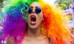 Estudo confirma que homofóbicos são mais burros