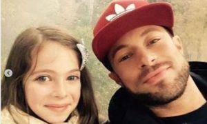 Ex de integrante das Spice Girls revela que filha sofre ataques por ter um pai gay