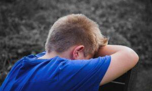 Aluno de 11 anos sofre LGBTfobia ao propor trabalho sobre o Mês do Orgulho