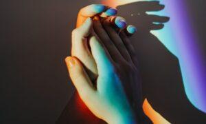 Pesquisa revela apoio aos direitos LGBT, mas não à demonstração de afeto em público