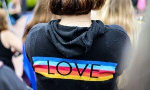 Escolas enfrentam onda de protestos de alunos pró-LGBT
