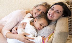 Licença-maternidade à mãe não gestante em relação homoafetiva pode virar realidade
