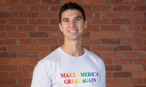 Surreal! Trump vende camisa com as cores da bandeira LGBT para financiar reeleição