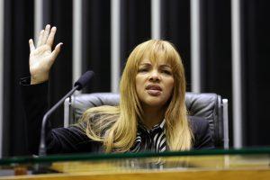 """Acusada de matar marido, deputada Flordelis diz que """"homossexualismo"""" não é coisa de Deus"""