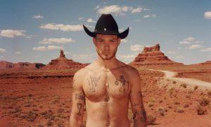 Fotógrafo famoso lança livro com fotos de rodeio gay