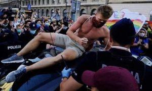 Descobrimos quem é o boy na foto dos protestos na Polônia