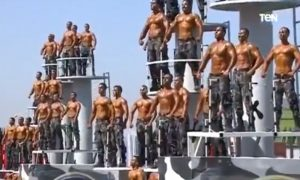 Policiais descamisados se exibem para presidente homofóbico do Egito