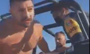 Casal gay é algemado em Tulum por beijar na praia
