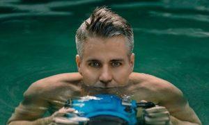 Conheça a história do fotógrafo que imortalizou fotos de homens embaixo d'água (fotos)