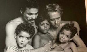 Filho faz homenagem aos pais adotivos que morrem de AIDS e post viraliza