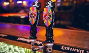 Cerveja de Stonewall Inn chega ao Brasil com renda revertida para instituição LGBT