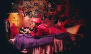 Clipe Bonekinha de Gloria Groove tem referências da adolescência da drag queen
