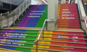Estação Central do Metrô Rio ganha escada arco-íris