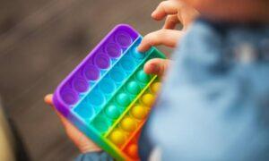 Sexualidade frágil? Conservadores atacam Pop-it por ter cores do arco-íris