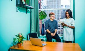 Representatividade LGBT no ambiente de trabalho é desafio para empresas